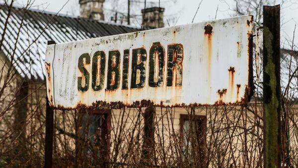 Napis Sobibór na przystanku obok byłego hitlerowskiego obozu koncentracyjnego - Sputnik Polska