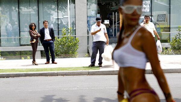 Tancerka egzotycznych tańców podczas występu na ulicy w Santiago - Sputnik Polska