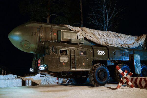 """Mobilny rakietowy system """"Topol"""" nowosybirskiej formacji rakietowej przemieszcza się na miejsce ćwiczeń. - Sputnik Polska"""