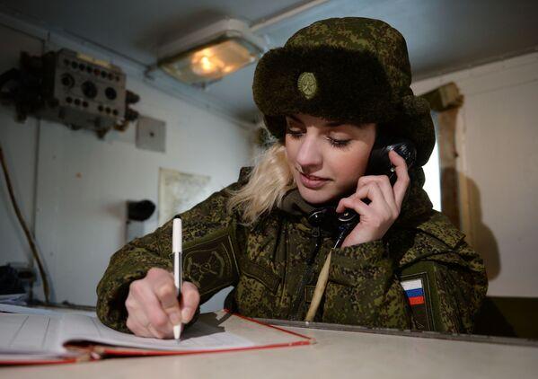 Radiotelegrafistka nowosybirskiej formacji rakietowej na stanowisku mobilnym. - Sputnik Polska