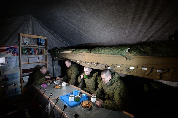Żołnierze w namiocie wypoczynkowym na pozycjach polowych nowosybirskiej formacji rakietowej. - Sputnik Polska