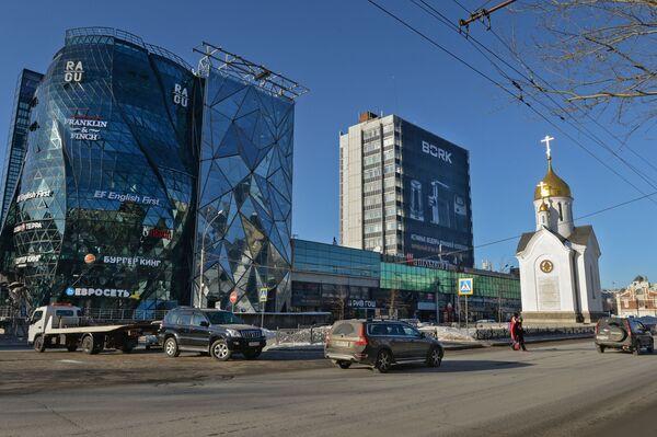 Kaplica św. Mikołaja i budynek o fasadzie w kształcie pąku róży na Czerwonym Prospekcie w Nowosybirsku - Sputnik Polska