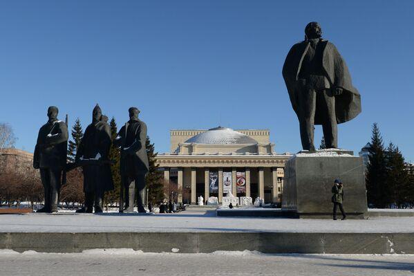 Grupa rzeźbiarska przed budynkiem Nowosybirskiego Teatru Opery i Baletu na Placu Lenina - Sputnik Polska