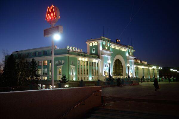 """Dworzec kolejowy """"Nowosybirsk Główny"""" i wejście do metra w Nowosybirsku - Sputnik Polska"""
