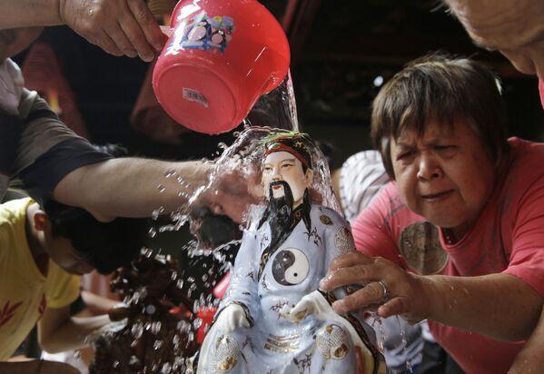 Ludzie myją figurkę chińskiego bóstwa w Indonezji - Sputnik Polska