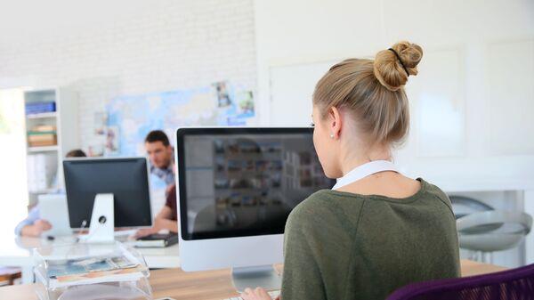 Dziewczyna pracuje przy komputerze - Sputnik Polska