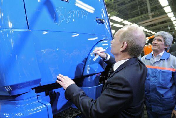 Władimir Putin zostawił swój autograf na drzwiach ciężarówki podczas wizyty fabryki KamAZ w Nabierieżnyje Czełny w Tatarstanie - Sputnik Polska