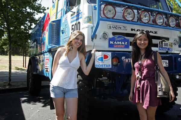 """Dziewczyny pozują na tle ciężarówki """"KAMAZ-Master"""" na rajdzie Dakar - Sputnik Polska"""