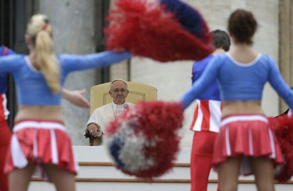 Papież Franciszek podczas występu trupy amerykańskiego cyrku w Watykanie - Sputnik Polska