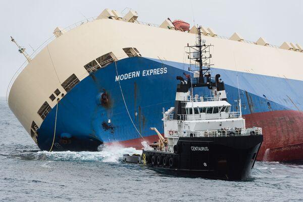 Holowanie przewróconego statku Modern Express - Sputnik Polska