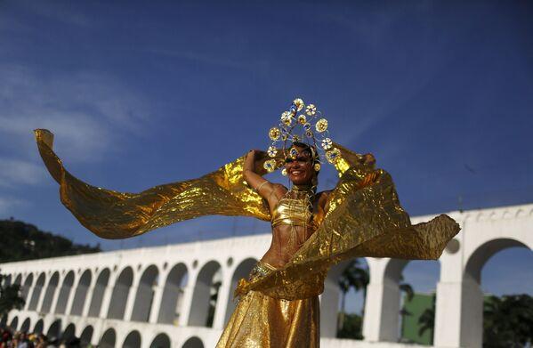 Dziewczyna podczas corocznej imprezy Cordao do Boitata w Rio de Janeiro - Sputnik Polska