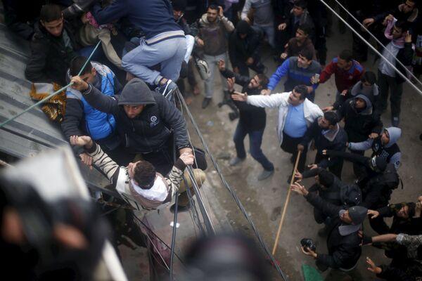 Palestyńczycy skaczą z dachu w Gazie - Sputnik Polska