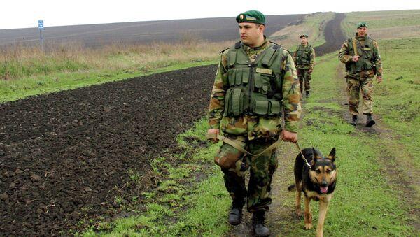 Funkcjonariusze Państwowej Straży Granicznej Ukrainy na rosyjsko-ukraińskim odcinku granicy - Sputnik Polska