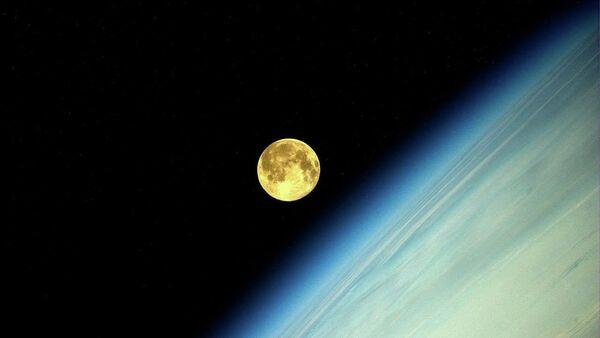 Zdjęcie Księżyca wykonane przez rosyjskiego kosmonautę Olega Artiemjewa na MSK - Sputnik Polska