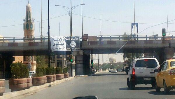 Flaga Państwa Islamskiego przy wjeździe do miasta Mosul w Iraku - Sputnik Polska