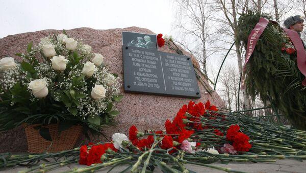 Kwiaty przy kamieniu pamiątkowym w miejscu katastrofy polskiego Tu-154 pod Smoleńskiem - Sputnik Polska