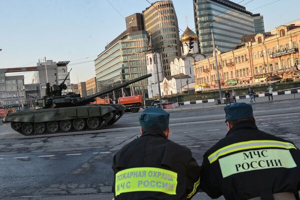 Czołg T-90 podczas próby generalnej Defilady Zwycięstwa w Moskwie - Sputnik Polska