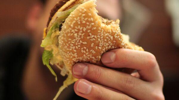 Hamburger z baru szybkiej obsługi sieci McDonald's - Sputnik Polska