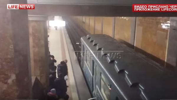 W moskiewskim metrze w ostatniej chwili uratowano kobietę, która spadła na tory - Sputnik Polska