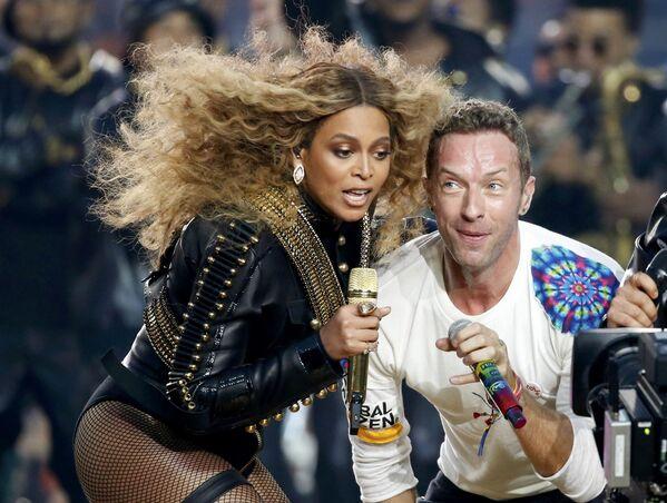 Beyonce i Chris Martin z zespołu Coldplay podczas Superpucharu w Kalifornii - Sputnik Polska