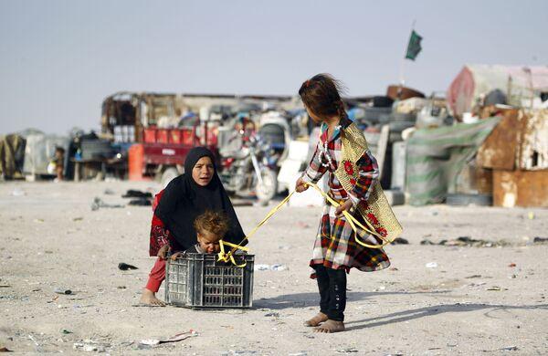 Dzieci z biednej irackiej rodziny na ulicach miejscowości Najaf - Sputnik Polska