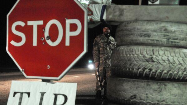 Ukraiński aktywista blokuje ruch tirów z rosyjskimi tablicami rejestracyjnymi w obwodzie lwowskim - Sputnik Polska