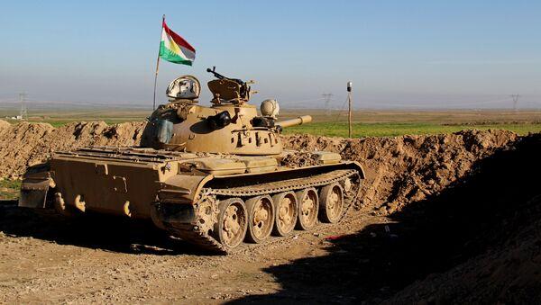 Członkowie kurdyjskiej formacji zbrojnej Peszmergowie w czołgu - Sputnik Polska