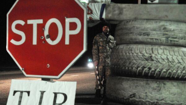 Ukraiński aktywista na punkcie kontrolnym niedaleko Lwowa blokuje ruch rosyjskich ciężarówek - Sputnik Polska