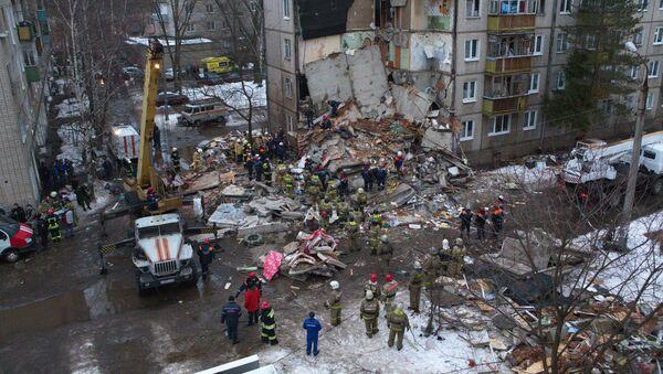 Pracownicy Ministerstwa Sytuacji Nadzwyczajnych rozkopują zwały gruzu po wybuchu gazu w pięciopiętrowym budynku w Jarosławiu - Sputnik Polska
