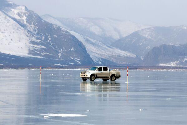 Samochód na przeprawie na wyspę Olchon po lodzie jeziora Bajkał. - Sputnik Polska