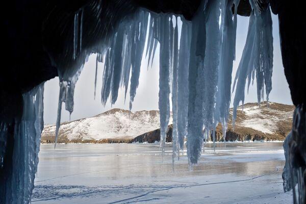 Widok z małej groty (jaskini) na wyspie Olchon nad jeziorem Bajkał. - Sputnik Polska