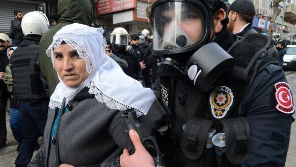 Turecki policjant zatrzymuje kobietę w czasie rozpędzenia demonstrantów w mieście Çınar - Sputnik Polska