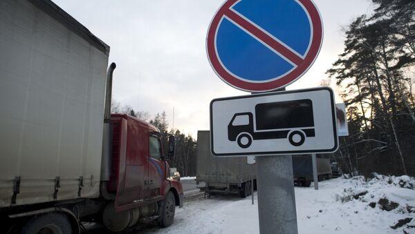 Ciężarówki na parkingu dla samochodów towarowych za obwodnicą Moskwy - Sputnik Polska
