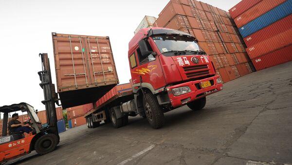 Ciężarówka w porcie handlowym w Szanghaju w Chinach - Sputnik Polska