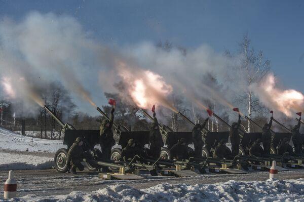 Dywizjon honorowy Zachodniego Okręgu Wojskowego w Dzień Obrońcy Ojczyzny wystrzeli w niebo nad Moskwą nowe fajerwerki, których kopuła w średnicy przekracza 300 metrów. - Sputnik Polska