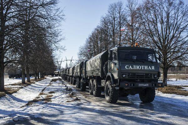 Urządzenia 2A85 do salwy honorowej na bazie samochodów KAMAZ wykorzystywane przez żołnierzy 449. oddzielnego dywizjonu honorowego Zachodniego Okręgu Wojskowego. - Sputnik Polska