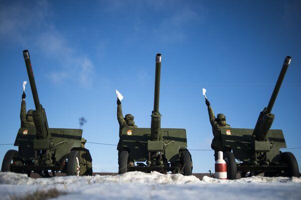 Żołnierze 449. oddzielnego dywizjonu honorowego Zachodniego Okręgu Wojskowego podczas ćwiczeń do salwy honorowej z okazji Dnia Obrońcy Ojczyzny - Sputnik Polska