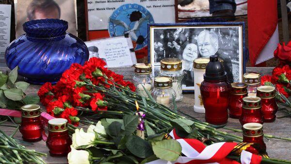 Kwiaty i znicze na miejscu katastrofy lotniczej pod Smoleńskiem - Sputnik Polska