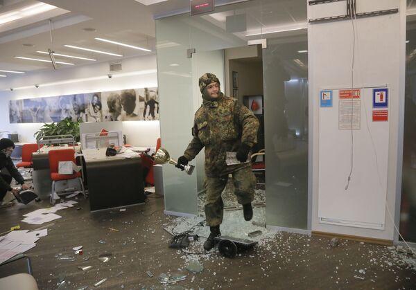 Ukraińscy nacjonaliści dewastują jeden z rosyjskich banków w Kijowie - Sputnik Polska
