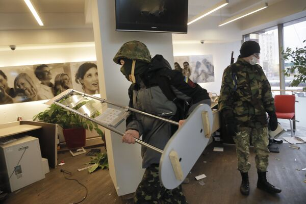 Ukraińscy nacjonaliści z batalionu OUN dewastują jeden z rosyjskich banków w Kijowie - Sputnik Polska