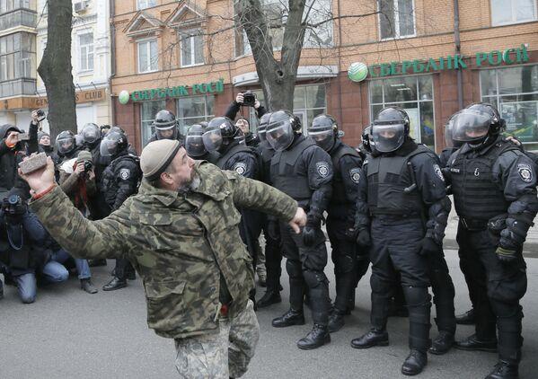 Ukraiński nacjonalista rzuca kamień w stronę jednego z rosyjskich banków w Kijowie - Sputnik Polska