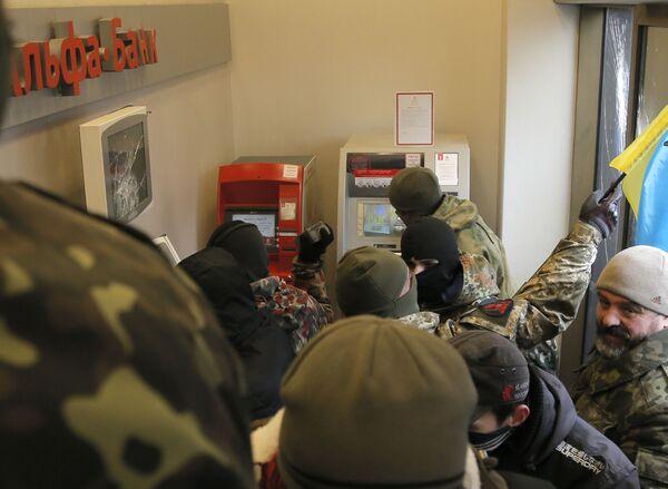 Ukraińscy nacjonaliści z batalionu OUN dewastują należący do oligarchy Rinata Achmetowa Alfa Bank - Sputnik Polska