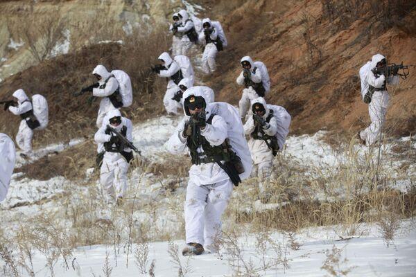 Żołnierze armii ChRL podczas ćwiczeń w temperaturze 20 stopni poniżej zera w prowincji Heilongjiang - Sputnik Polska