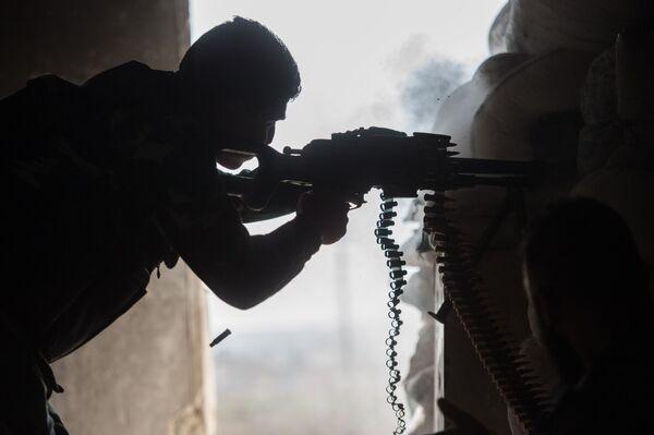 Żołnierz w mieszkalnej dzielnicy w Aleppo - Sputnik Polska