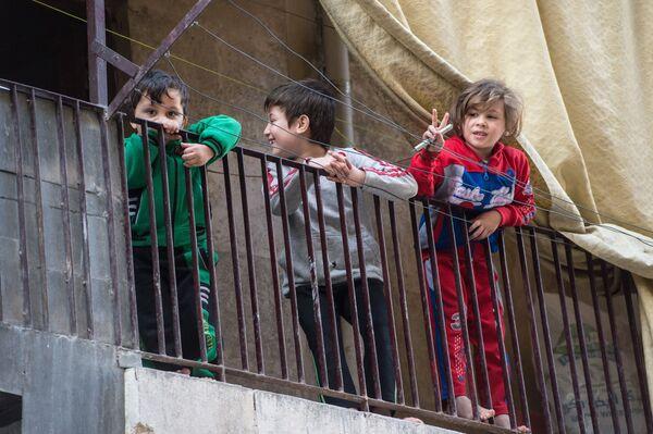 Dzieci w mieszkalnej dzielnicy w Aleppo - Sputnik Polska