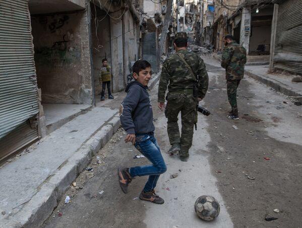 Żołnierze syryjskiej armii w mieszkalnej dzielnicy w Aleppo - Sputnik Polska