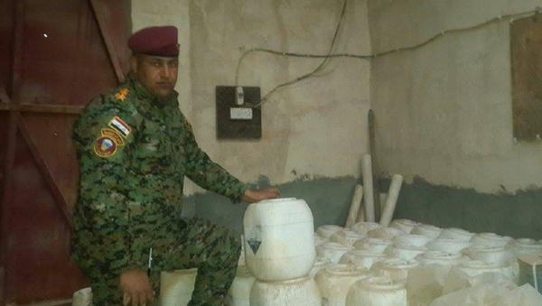 Iracki żołnnierz pokazuje broń chemiczną wykorzystywaną przez Daesh. Prowincja Anbar, Irak - Sputnik Polska