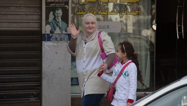 Kobieta z dzieckiem na ulicy Damaszku - Sputnik Polska