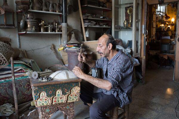 Grawer w warsztacie w Damaszku - Sputnik Polska