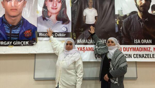 Kurdyjskie kobiety z Diyarbakır wskazują na zdjęcia swoich bliskich, którzy zginęli w starciach z policją w Sur - Sputnik Polska